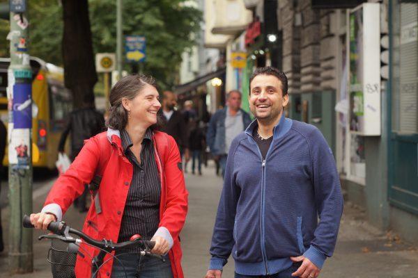 Ina Rathfelder und Refat Abusalem besuchen Kunden auf der Sonnenallee, Foto: Boris Bocheinsksi